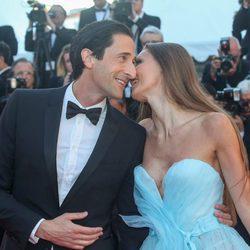 Adrien Brody y Lara Lieto en la gala inaugural del Festival de Cannes 2017