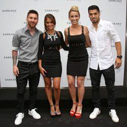 Leo Messi, Antonella Roccuzzo, Luis Suárez y Sofía Balbi en la inauguración de su tienda