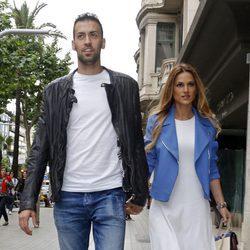 Sergio Busquets y Elena Galera en la inauguración de la tienda de Antonella Roccuzzo y Sofía Balbi