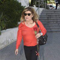 Terelu  Campos con una rosa roja saliendo del hospital tras visitar a María Teresa Campos