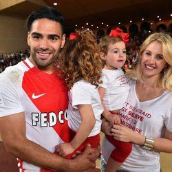 Falcao celebrando el titulo de liga con su mujer y sus hijas