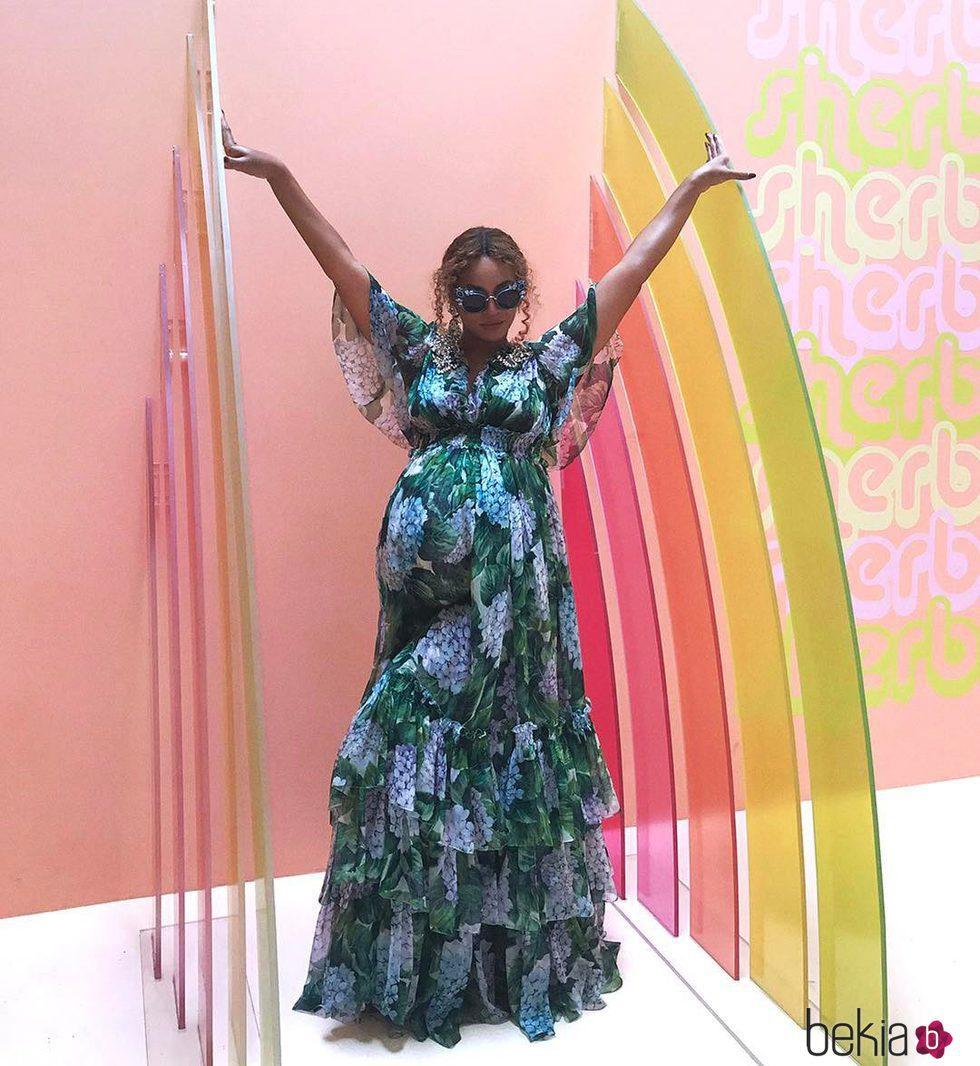Beyoncé muestra su abultada barriga con un vestido largo de flores