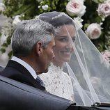 Pippa Middleton en el coche nupcial de camino al altar junto a su padre