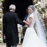 Pippa Middleton con su padre hacia el altar