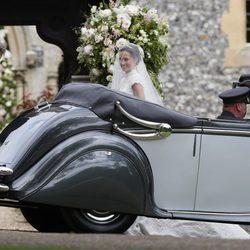 Pippa Middleton bajando del coche nupcial