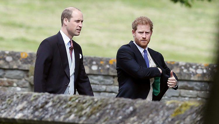 Los Príncipe Guillermo y Harry de Inglaterra asistiendo a la boda de Pippa Middleton y James Matthews