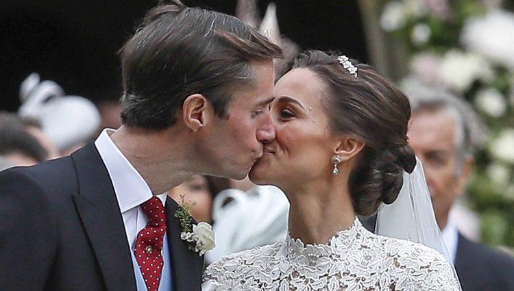 El beso entre los recién casados Pippa Middleton y James Matthews