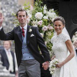 Los novios Pippa Middleton y James Matthews en su salida de la iglesia