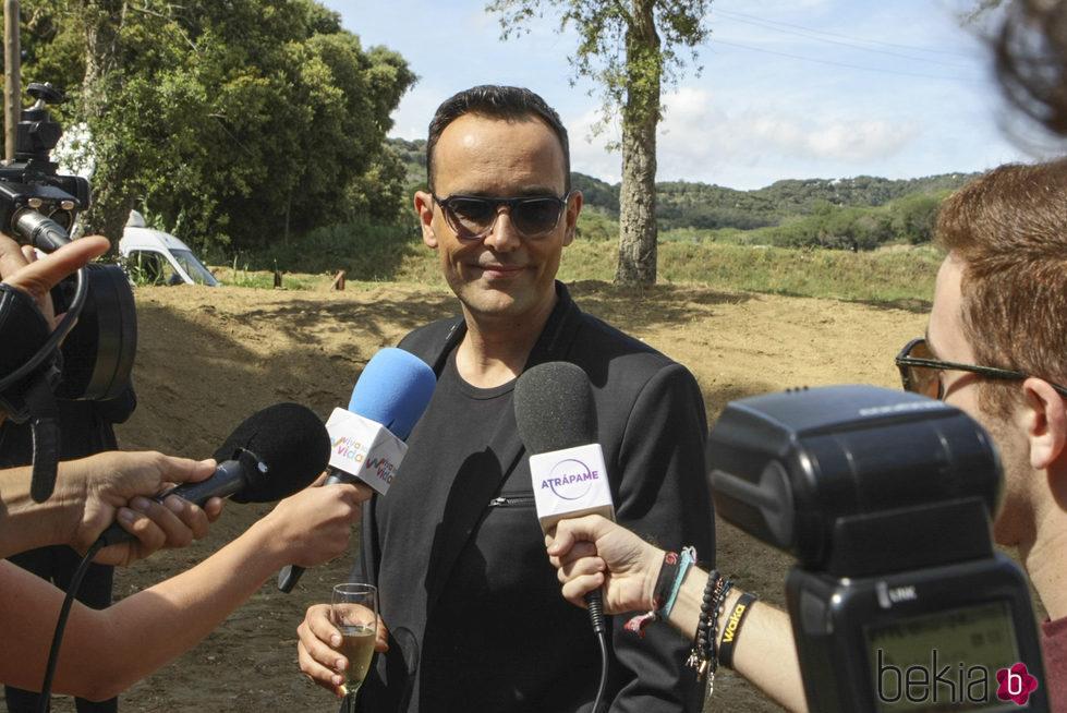 Risto Mejide hablando con la prensa momentos antes de su boda
