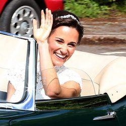 Pippa Middleton, muy feliz en su coche de bodas