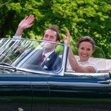 Pippa Middleton y James Matthews en su coche de bodas