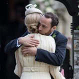 James Middleton abraza a Donna Air en la boda de Pippa Middleton y James Matthews