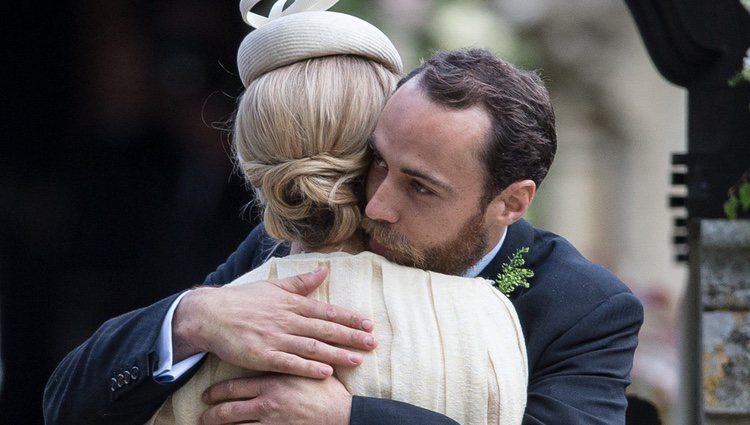 James Middleton abraza a Donna Air en la boda de Pippa Middleton y James Matthews