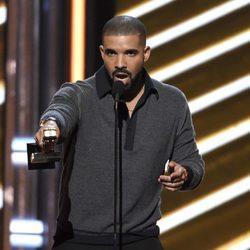 Drake con uno de los premios en los Billboard 2017