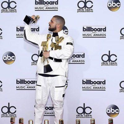 Drake posando con sus 13 premios en los Billboard 2017