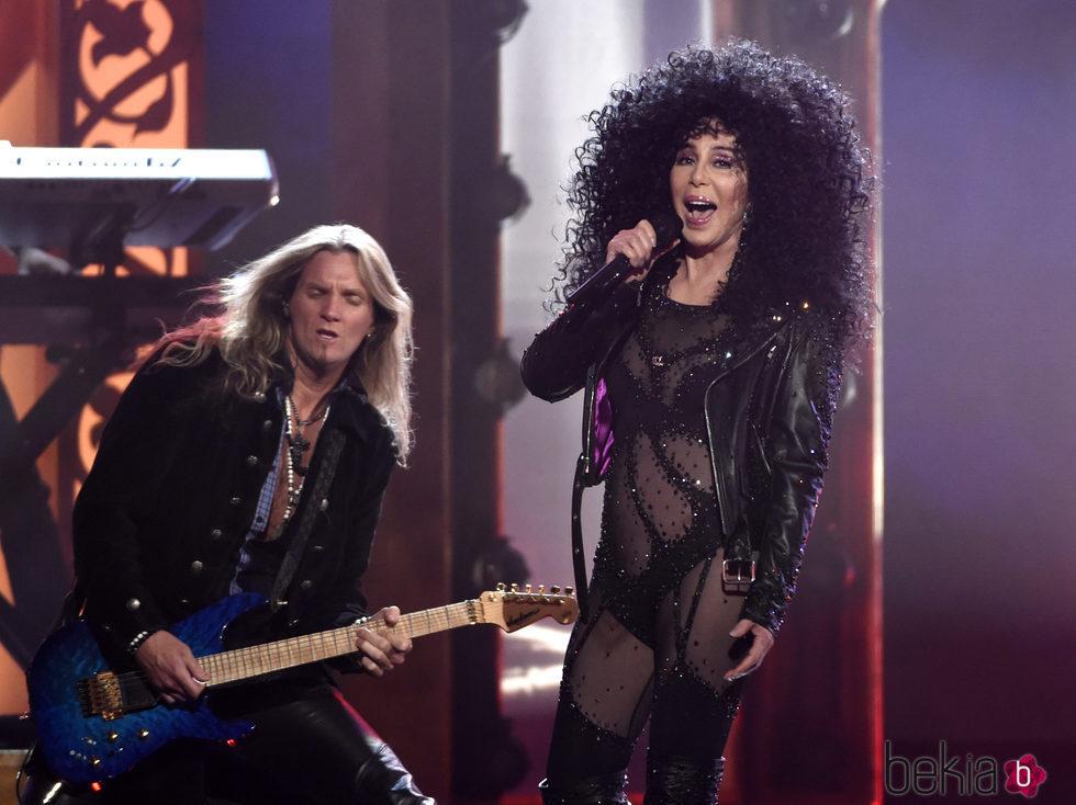 Cher actuando en los Premios Billboard 2017