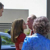 El Rey Juan Carlos besa a la Reina ante el Rey Felipe y la Reina Sofía en el aniversario de la Fundación Reina Sofía