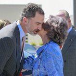 El Rey Felipe besa a la Reina Sofía en el 40 aniversario de la Fundación Reina Sofía