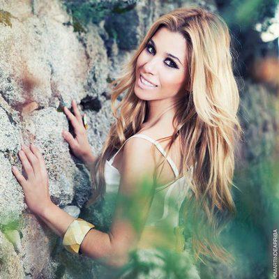 Natalia, feliz y sonriente en una sesión de fotos