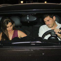 Iker Casillas y Sara Carbonero en su vehículo tras cenar en un restaurante de Madrid