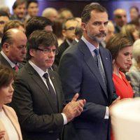Los Reyes Felipe y Letizia, Soraya Sáenz de Santamaría y Carles Puigdemont guardan un minuto de silencio por las víctimas del atentado de Manchester