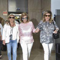 María Teresa Campos camina ayudada por sus hijas Carmen Borrego y Terelu Campos tras darle el alta