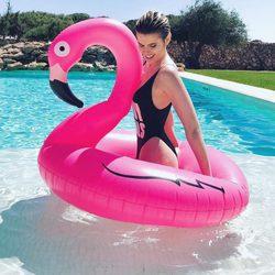 Adriana Abenia bañándose en la piscina durante una escapada a Menorca