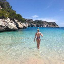Adriana Abenia dándose un baño en una cala de Menorca