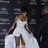 Winnie Harlow dejando al descubierto su ropa interior en la fiesta de L'Oreal en Cannes 2017