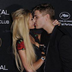 Paris Hilton besando a Chris Zylka en la fiesta de L'Oreal en Cannes 2017