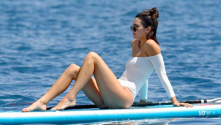 Kendall Jenner con un bañador estilo bardot