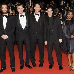 Josh Safdie, Robert Pattinson, Benny Safdie, Buddy Duress y Taliah Webster posando en el Festival de Cannes 2017