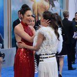 Gal Gadot y Elena Anaya saludándose en el estreno de 'Wonder Woman' en Los Angeles