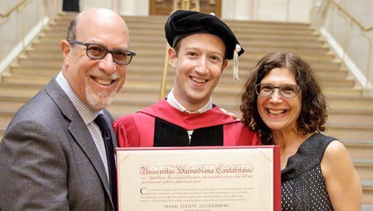 Mark Zuckerberg con sus padres recogiendo el título de graduado