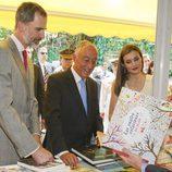 Los Reyes Felipe y Letizia con el presidente de Portugal mirando libros en la inauguración de la Feria del Libro 2017