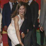 La Reina Letizia saludando a una niña en la inauguración de la Feria del Libro de Madrid 2017