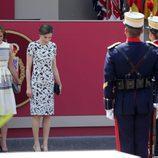 María Dolores de Cospedal y la Reina Letizia en el desfile del Día de las Fuerzas Armadas 2017