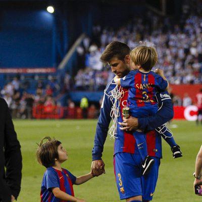 Gerard Piqué con sus hijos Milan y Sasha en la final de la Copa del Rey 2017