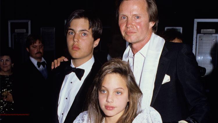 Jon Voight junto con sus hijos Angelina y James