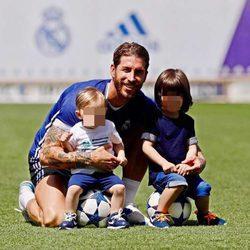 Sergio Ramos con sus hijos Sergio y Marco en un entrenamiento