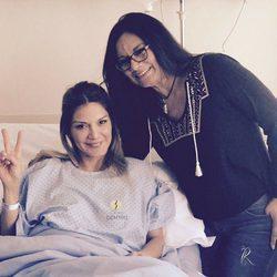 Ivonne Reyes con su hermana Clairet tras su operación de pierna