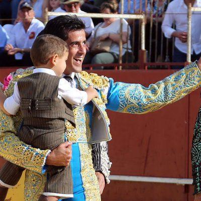 Víctor Janeiro torea ante la mirada de su hijo
