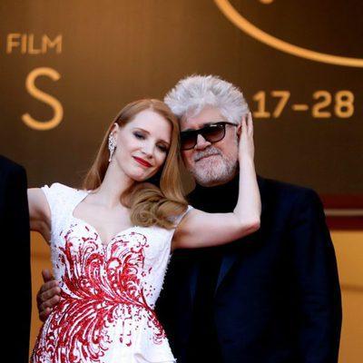 Pedro Almodóvar y Jessica Chastain en la gala de clausura de Cannes 2017