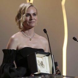 Diane Kruger recogiendo la palma a Mejor actriz en la clausura de Cannes 2017