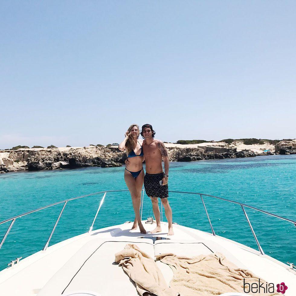Jessica Bueno y Jota Peleteiro a bordo de un yate celebrando su segundo aniversario de boda
