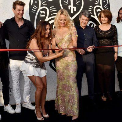 Pamela Anderson y Maria Bravo cortando la cinta en la inauguración del chiringuito 'Playa Padre' en Marbella