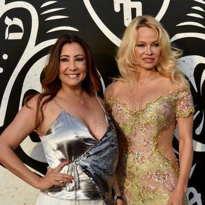 Pamela Anderson y Maria Bravo, muy sonrientes, en la inauguración del chiringuito 'Playa Padre' en Marbella