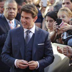 Tom Cruise posando con los fans en la presentación de 'La Momia' en Madrid
