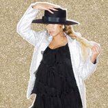 Beyoncé con un sombrero y un vestido negro de volantes