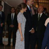 La Reina Letizia presume de coleta burbuja en un acto oficial